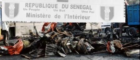 SENEGAL: Un car de la police de Dieuppeul brûlé : Un sms d'un mouvement dénommé Mrs revendique « l'attentat »