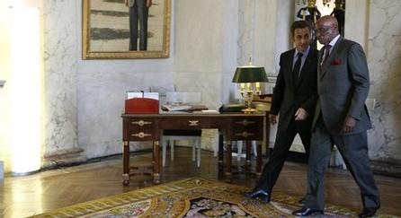 SUCCESSION ET IMPASSE POLITIQUE - Jeux de couloirs à Paris