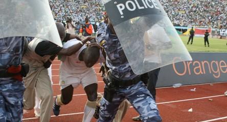 [ PHOTOS ] Les supporters s'en prennent aux ''Lions''