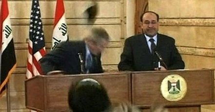 [ VIDEO ] Bush échappe à un jet de... chaussures et se fait traiter de chien en pleine conférence de presse en Irak
