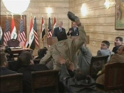 [ PHOTOS ] AGRESSION DE BUSH EN IRAK: Les images de l'incident