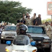 En visite à Conakry : Khadafi offre une voiture blindée au capitaine Moussa Dadis Camara