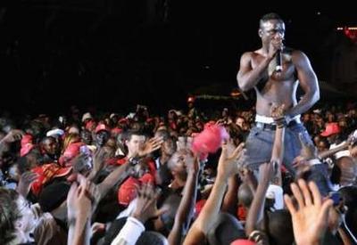 SIXÈME ENFANT: Une fille enceinte d'Akon lors de sa tournée en Ouganda