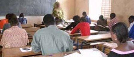 Ziguinchor : un étudiant compose en math pour un candidat au bac.