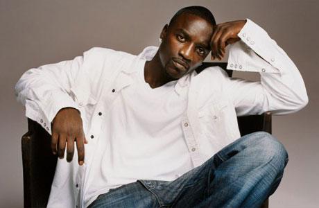 Une femme réclame de l'argent à Akon « Right Now Na Na Na » (titre de son dernier single)
