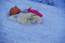 Un nouveau-né vivant découvert dans le lit marécageux