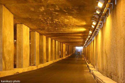 Une voiture 4 roue en l'air dans le tunnel de Soumbédioune