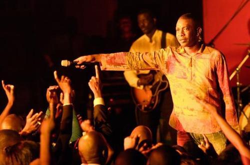"""DAKAR BY NIGHT: Youssou Ndour intronisé """"Président"""" du Sénégal par ses fans"""