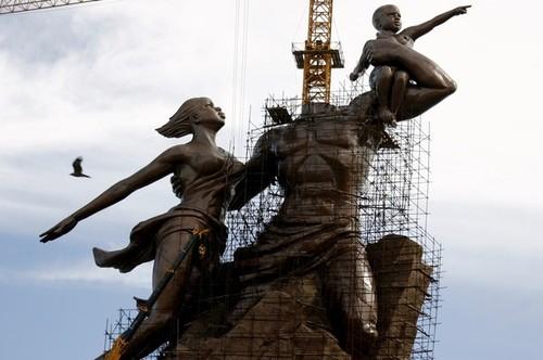 Monument de la renaissance : La nudité des jambes de la dame choque Wade