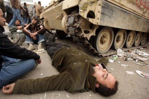 Egypte: les manifestants veulent garder les chars de l'armée