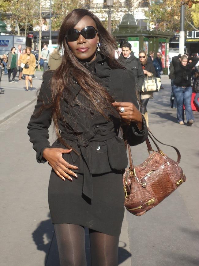 Hyper star, Coumba Gawlo est très glamour dans les rues de Paris