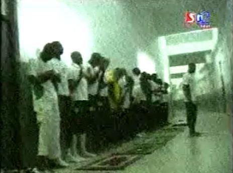 [ VIDEO ] Les lions prient, Demba Ba ( Imam du jour )