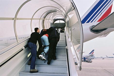Aéroport Roissy-Charles-de-Gaulle : échec de l'expulsion d'un jeune Guinéen (UN PASSAGER RACONTE )