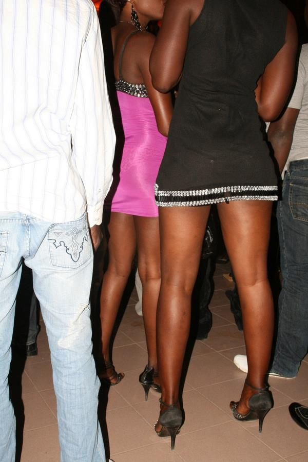 2 femmes en minijupes admirent la branlette french 5