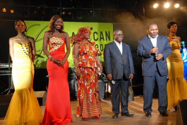Coumba Gawlo entourée du ministre ivoirien Sidiki Konate et des membres du gouvernement