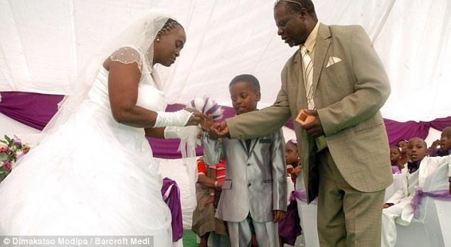 [PHOTOS] Afrique : à 8 ans, il épouse une femme de 61 ans