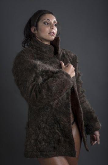 Un manteau en poils de torses d'hommes