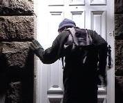 Après avoir défoncé la porte de la véranda d'un inspecteur de police Le voleur surpris en train de boire de l'eau fraîche dans le frigo