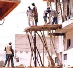 Exposés à de nombreux risques et sous-payés : Le mal-vivre des ouvriers du bâtiment