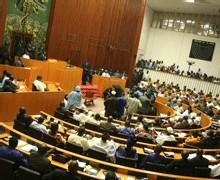 RÉVISION CONSTITUTIONNELLE : LES DÉPUTES VOTENT LA LOI SUR LA PARITÉ