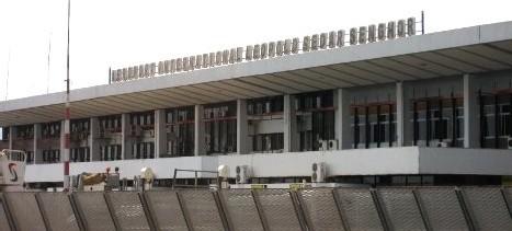 L'ÉTAT REPREND ENCORE LA GESTION DE SES AÉROPORTS: les travailleurs menacent de fermer l'aéroport LSS