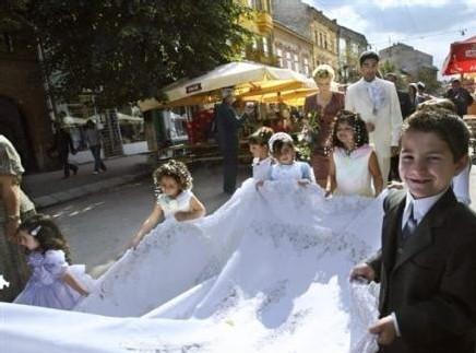 Roumanie: fiançailles d'une fillette rom de 6 ans