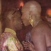 """POUR UNE PHOTO LA MONTRANT Avec L'HOMOSEXUEL PAPE MBAYE : Oumou Provoc' obtient le retrait du numéro 39 du magazine """"Week-end""""..."""