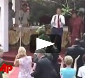 [ VIDEO ] Bush enlève son costume et esquisse quelques pas de danse au Liberia