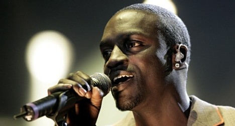 AKON A DAKAR - Sa Fondation en action pour équiper une école «Akon nous a donné 50 tables-bancs...»