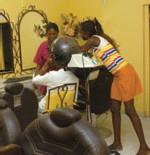 Prise en charge des pensionnaires de la maison d'arrêt de Liberté VI : 'Dialyss coiffure' apprend à coiffer à 30 détenues du Camp pénal