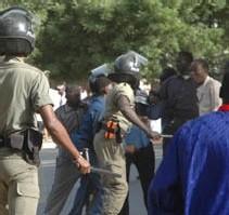 MARCHE CONTRE LA HAUSSE DES PRIX: Un gendarme s'interpose arme au poing et sauve un policier