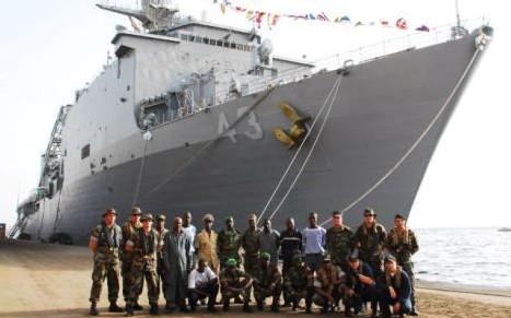 Un navire de guerre américain au port de Dakar