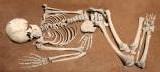 Ils vivent avec le squelette d'une femme sur le canapé