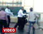 [ VIDEO ] MAMADOU MASSALY et un jeune de l'opposition se battent en pleine rue lors de la cérémonie de dedicace du nouveau livre de Wade