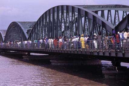 Le pont Faidherbe ''refuse'' se précipiter dans le fleuve qu'il enjambe