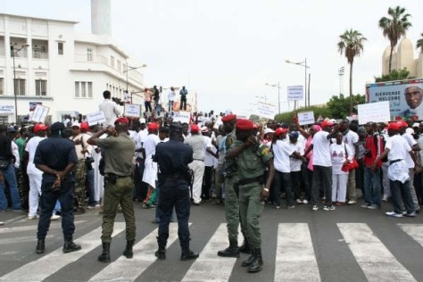 [ VIDEO ] MARCHE A DAKAR CONTRE LES DERIVES SUR LA PRESSE