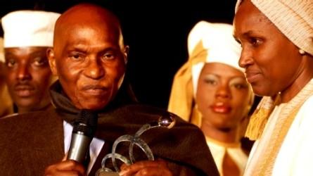 ISMAEL LO ET COLLE ARDO SOW FONT UN TABAC A CHICAGO: Pas de danse de Pape Samba Mboup et de Me ElHaj Diouf sous l'œil amusé de Wade