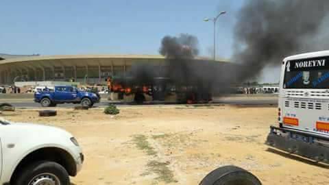 PHOTOS - Les partisans de Khalifa Sall s'en prennent au patrimoine national en mettant le feu au Bus DDD ce mardi 12… Un acte de vandalisme..