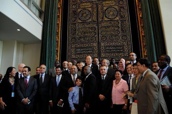 Photos le rideau de la porte de la kaaba expos au si ge for Interieur kaaba