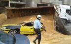 PHOTOS - la benne d'un camion de sable se renverse sur un…taxi