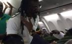 PHOTOS -Aliou Cissé en star dans l'avion en direction du Sénégal