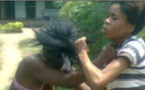 Jalouse, la « awo » se dispute avec la « niarel » et traite leur mari « d'homo »
