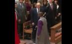 Vidéo-choc : Donald Trump Sert la Main à tout le monde sauf à un noir, Regardez!