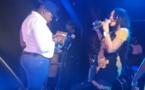 VIDEO - Omzo Zozo arrose Viviane de billets de banque ..non stop