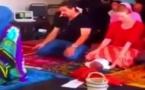 Une femme dirige la prière dans une mosquée et traduit les sourates en anglais !