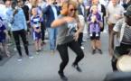 """Viviane Chidid et Kiné Badiane s'éclatent au """"Sabar"""" devant le stade d'Anderlecht ! Regardez"""
