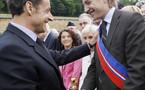 FRANCE : Sarkozy et son fils Jean reculent, l'opposition jubile