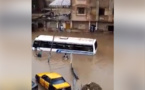 Vidéo- Choc: Le bus Tata rempli de passagers coincé dans les eaux de pluie