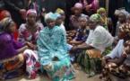 Une association de femmes veuves et divorcées manifestent dans les rues pour protester contre la rareté de maris