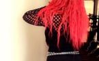 (4) Photos: Déesse Major provocante en mini jupe fendue